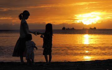 夕焼けの海岸で過ごす、贅沢な時間。